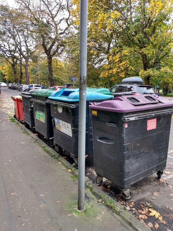 la basura en el reino unido_contenedores comunales